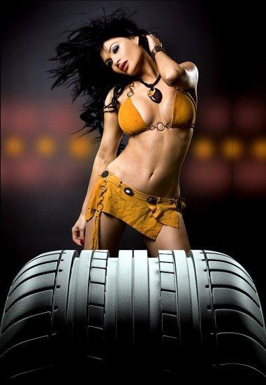 девушка за колесом